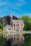 Construção medieval (castelo) no lago love fotos de stock royalty free