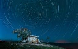 Construção megalítica antiga - um dólmem de pedra na montagem Nekis, Gelendzhik, Cáucaso norte, Rússia Foto de Stock Royalty Free