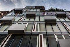Construção moderna ao longo da 2á rua em Manhattan, New York Imagem de Stock