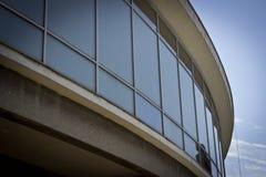 Construção moderna com fachada reflexiva foto de stock