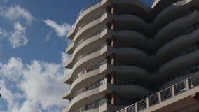 Construção moderna com os apartamentos contra o céu azul vídeos de arquivo