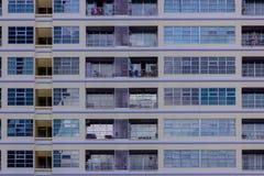 Construção moderna com teste padrão da textura do espelho da janela imagens de stock royalty free
