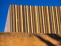 Construção moderna com tiras verticais foto de stock