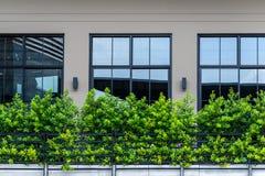 Construção moderna da decoração exterior preta do balcão do metal imagens de stock