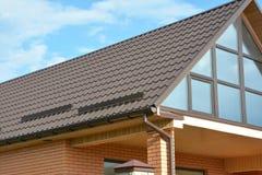 Construção moderna de construção da casa com telhado do metal, sistema da calha da chuva e proteção do telhado da neve, protetor  Imagem de Stock