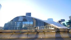 Construção moderna de vidro grande redonda filme