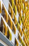Construção moderna do arranha-céus com elementos geométricos curvados e coloridos da guarnição decorativa imagem de stock