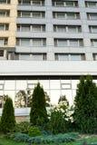 Construção moderna do vidro e do ferro com árvores crescentes Fotos de Stock Royalty Free