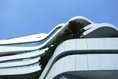 Construção moderna em Banguecoque Tailândia com a árvore no balcão Foto de Stock Royalty Free