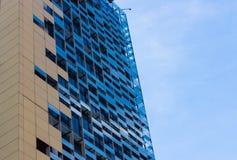 Construção moderna feita de janelas refletindo para todos os tipos do negócio Imagem de Stock Royalty Free