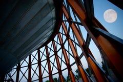 Construção moderna na noite Fotos de Stock Royalty Free