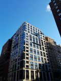 Construção moderna no dia de inverno frio fotos de stock