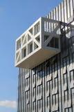 Construção moderna no fundo do céu azul fotos de stock