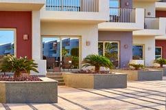 Construção moderna, salas de hotel no por do sol Foto de Stock
