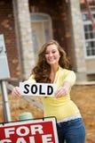 Construção: A mulher compra primeiro home Foto de Stock