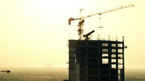 Construção na construção durante o por do sol barém vídeos de arquivo