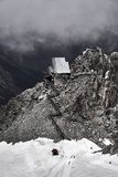 Construção na parte superior da montanha em Chamonix foto de stock royalty free