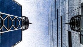 Construção na vista inferior com um céu do bluew no backgroung imagem de stock royalty free