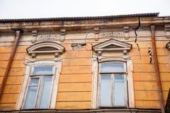 Construção no dia nebuloso velho de Tbilisi, Geórgia, em janeiro de 2019 foto de stock