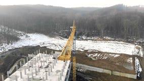 Construção no inverno Voo perto do guindaste de construção do arranha-céus vídeos de arquivo