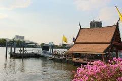 Construção no lado do rio de Banguecoque, Tailândia Fotos de Stock