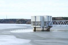 Construção no meio da represa congelada imagem de stock