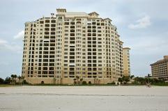 A construção nova de compartilha o tempo na praia de Florida Imagens de Stock Royalty Free
