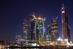 Construção nova em Moscovo na noite Fotos de Stock