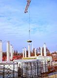A construção nova está sendo construída com uso do guindaste de torre Imagem de Stock Royalty Free