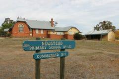 A construção original da escola primária de Newstead (1877) senta-se ao lado de uma construção finalidade-construída nova da arte Imagens de Stock