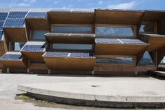 Construção pública feita do vidro dos painéis solares, da madeira e do espelho Imagem de Stock