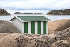 Constru??o pequena na costa do skerry perto da Su?cia de Bovallastrand imagens de stock