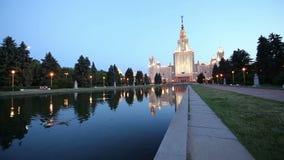 A construção principal da universidade estadual de Moscou em montes na noite, Rússia do pardal filme