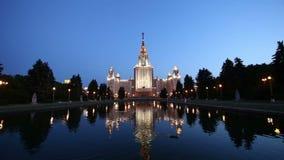 A construção principal da universidade estadual de Moscou em montes na noite, Rússia do pardal video estoque
