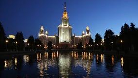 A construção principal da universidade estadual de Moscou na noite video estoque