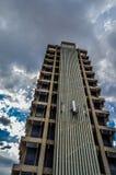 Construção que acontece em uma construção alta na cidade Gauteng South Africa de Joanesburgo foto de stock