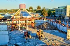 Construção que está sendo rasgada para baixo na cidade imagens de stock royalty free
