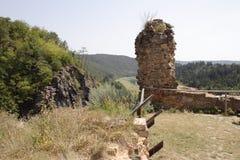 Construção quebrada abandonada no monte da floresta imagens de stock