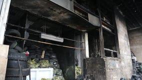 Construção queimada do sindicato em Kiev, Ucrânia video estoque
