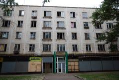 Construção residencial abandonada de cinco histórias preparada para a demolição foto de stock