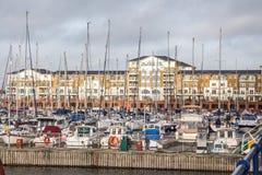 Construção residencial com o porto local do iate Foto de Stock Royalty Free
