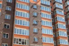 Construção residencial de vários andares nova no fundo fotografia de stock