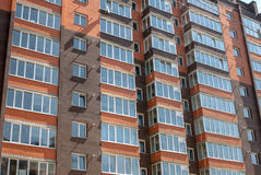 Construção residencial de vários andares nova no fundo fotos de stock royalty free