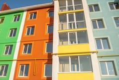 Construção residencial de vários andares nova no fundo fotografia de stock royalty free