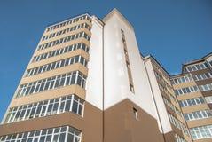Construção residencial de vários andares nova no fundo foto de stock royalty free