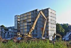 Construção residencial demulida que está sendo rasgada para baixo por duas máquinas escavadoras Fotos de Stock
