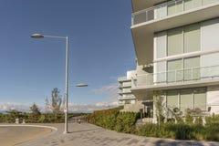 Construção residencial do arranha-céus moderno, novo, uma tabela e vime c fotos de stock