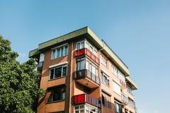 Construção residencial em Istambul com balcões Turquia Pessoas comuns da vida do ` s authentic foto de stock royalty free