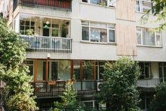 Construção residencial em Istambul com balcões Turquia Pessoas comuns da vida do ` s authentic imagem de stock