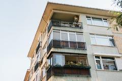 Construção residencial em Istambul com balcões Turquia Pessoas comuns da vida do ` s authentic imagens de stock